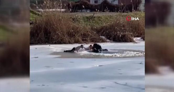 Buz tutan göle düşen çocukları kurtarırken kendileri de göle düştü