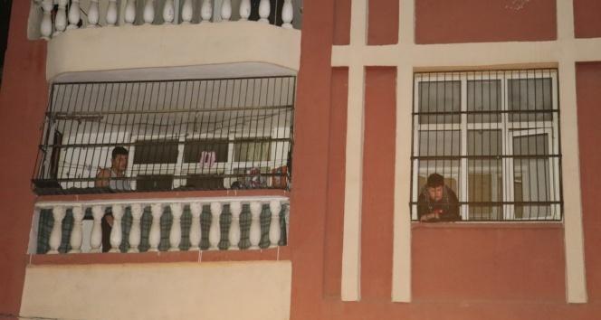 Evdeki odunluk yandı, vatandaşlar evlerinin balkonuna çıkarak kurtarılmayı bekledi