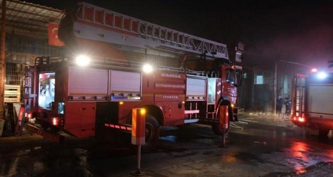 Manisa'da sanayi sitesinde korkutan yangın