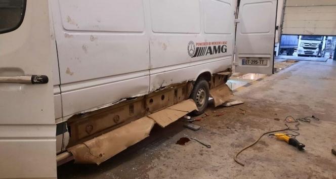 Sarp Sınır Kapısı'nda bir minibüste 127 kilogram kaçak bal ele geçirildi