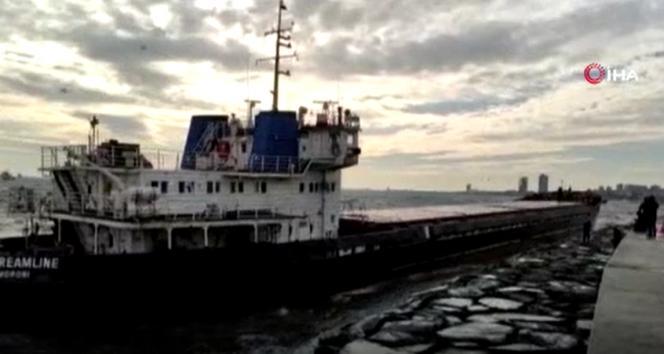 Zeytinburnu'nda demirli olan gemi fırtına nedeniyle karaya oturdu