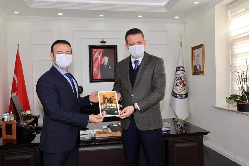 Türkiye Triatlon Federasyonu Başkanı Yalçınkaya Kaymakam Ürkmezer'i ziyaret etti