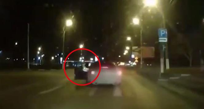 Rusya'da bir trafik polisi, hareket halindeki aracın içine atladı