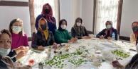 Gönüllü anneler minik Ahmet için üretiyor.
