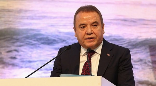 Siyasi Kulisler Antalya Büyükşehir Belediye Başkanı Muhittin Böcek'in parti değiştireceği dedikodusu ile çalkalanıyor