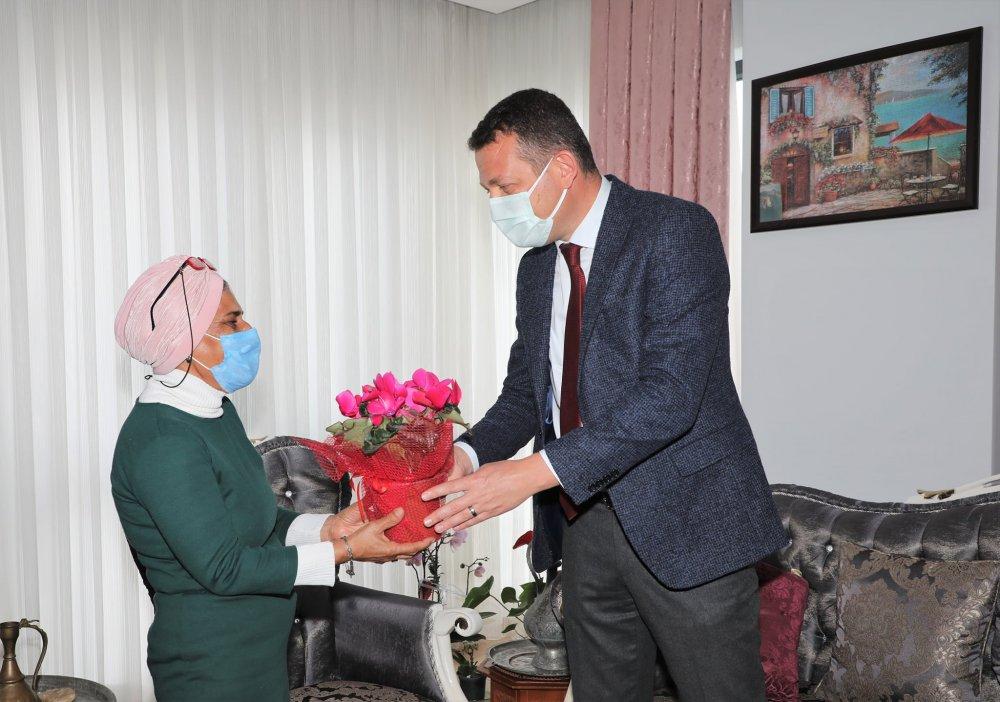 Kaymakam Ürkmezer, Çanakkale Zaferi'nin yıl dönümünde şehit ailelerini ziyaret etti