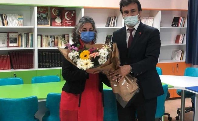 Alanya'da görevli bir öğretmen okuluna kütüphane yaptırdı