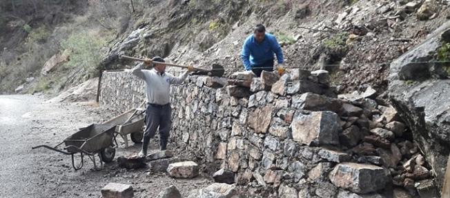 Büyükşehir Belediyesi Gündoğmuş'un Bayır Mahallesi'nde bulunan mezarlığa bakım ve onarım çalışması yapıyor