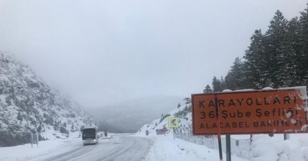 Alanya- Konya karayolunda kar kalınlığı 20 santimetreye ulaştı.
