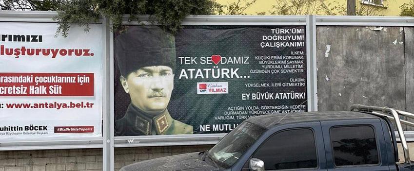 Alanya'da CHP'li gencin astığı Atatürk posterine saldırı yapıldı