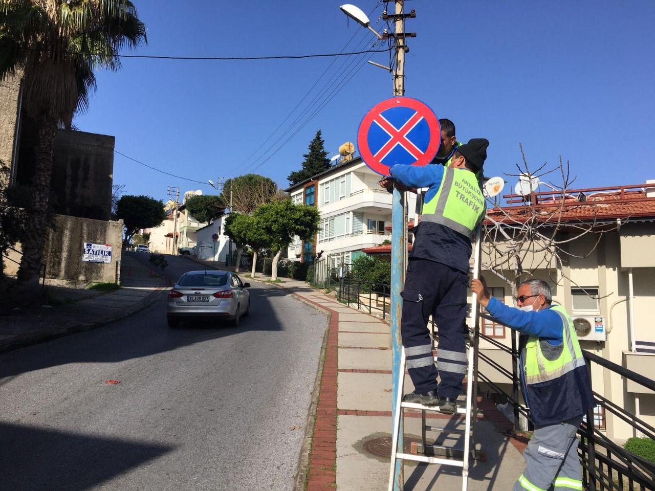Alanya'da Trafik levhaları yenileniyor