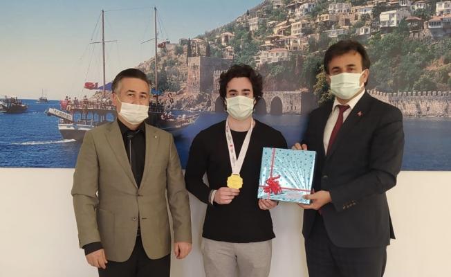 Alanya'dan Powerlifting Strongman ve Streetworkout yarışmasına katılan öğrenci Türkiye 1.'si oldu