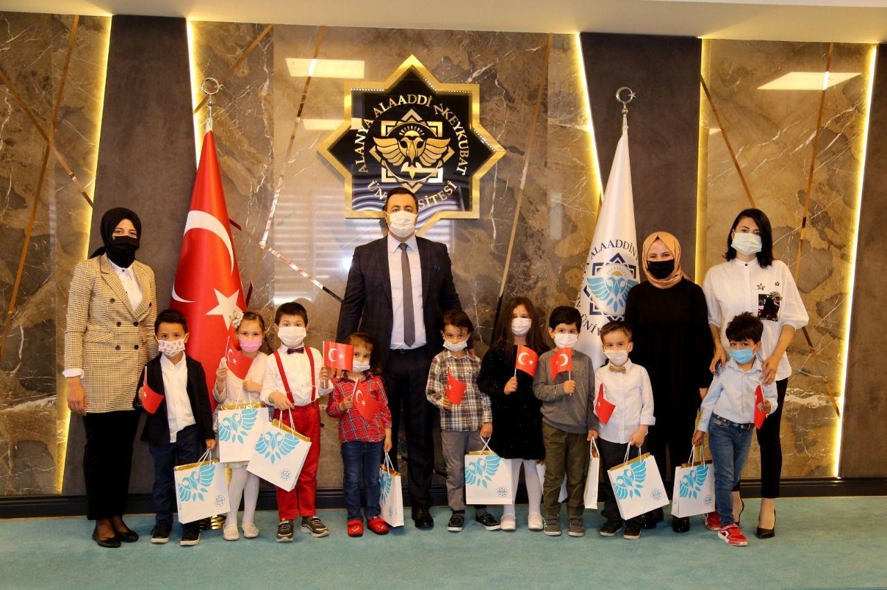 Rektör Kalan, 23 Nisan Ulusal Egemenlik ve Çocuk Bayramı kutlamaları kapsamında koltuğunu minik rektör Münevver Selen Kabayel'e devretti
