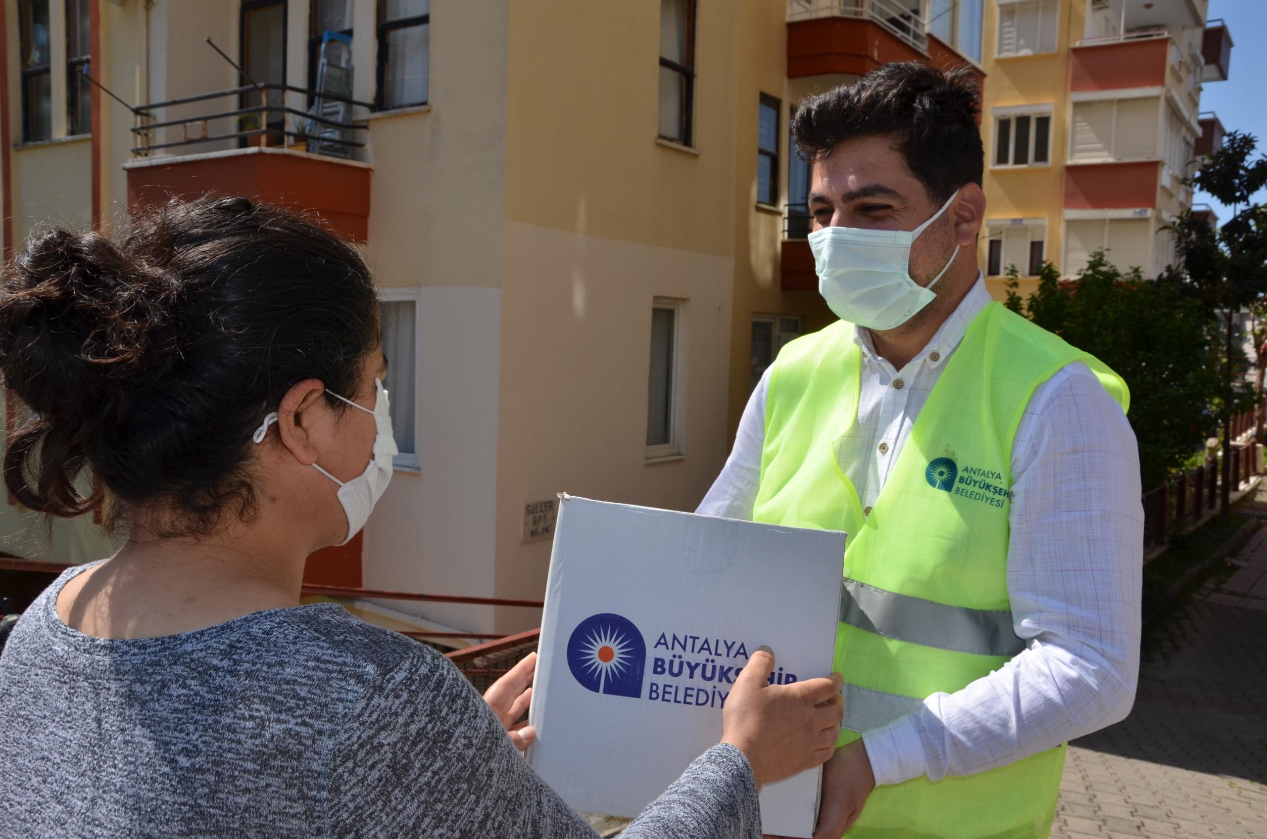 Büyükşehir Belediyesi gıda paketi dağıtmaya devam ediyor