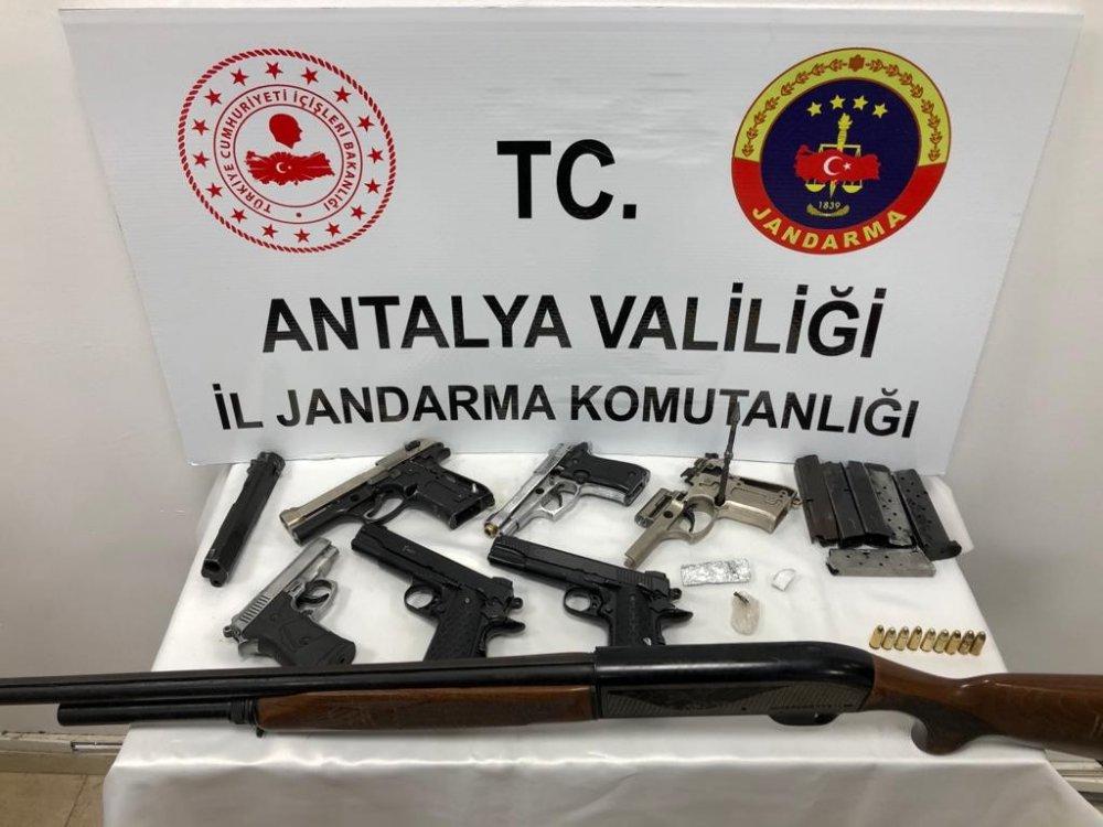 Alanya'da polis silah ve uyuşturucu operasyonu gerçekleştirdi