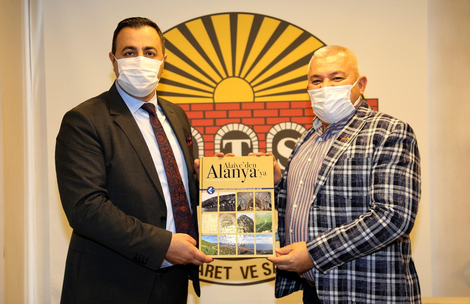 Rektör Kalan, Parti İlçe Başkanlarına Alanya tarihini anlatan kitabı hediye etti