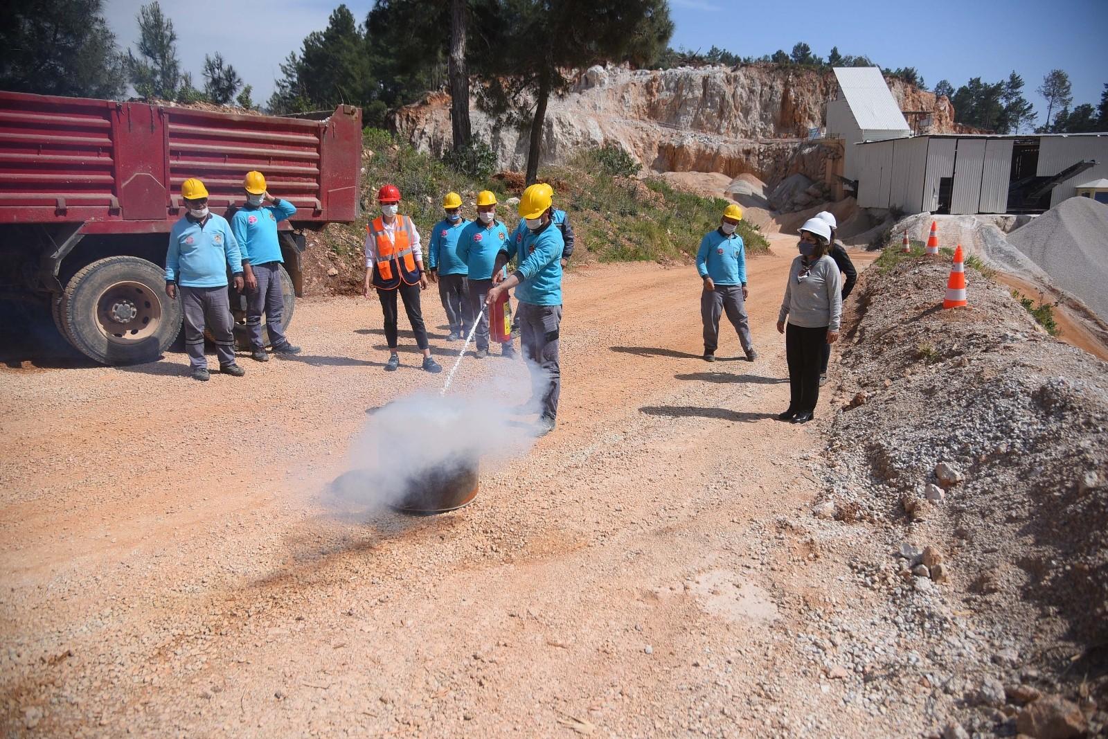 Alanya'da acil durum ekiplerine uygulamalı yangın eğitimi verildi
