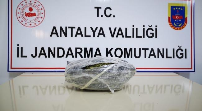 Antalya'nın Gazipaşa ilçesinde otobüsle uyuşturucu ticareti jandarmaya takıldı