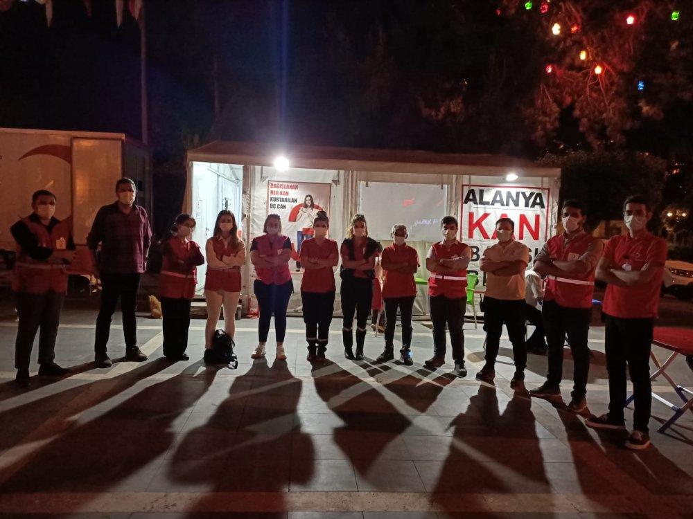 Türk Kızılay Alanya Şubesi mobil aşevi aracı ile ihtiyaç sahiplerine iftar yemeği dağıttı