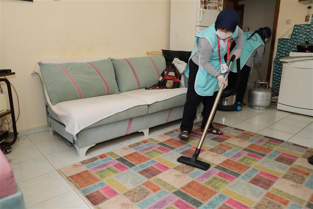 Alanya Belediye ekipleri 65 yaş üzeri vatandaşların evlerini bayrama hazırlıyor