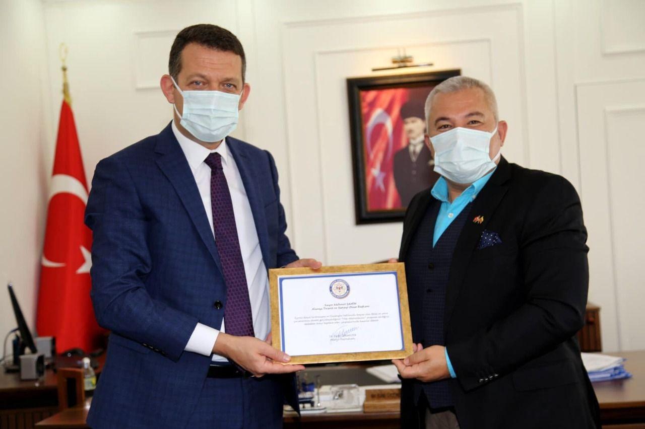 Alanya Kaymakamı Dr. Fatih Ürkmezer, pandemi sürecindeki başarılı çalışmalarından dolayı Altso Başkanı Şahin'e teşekkür belgesi takdim etti