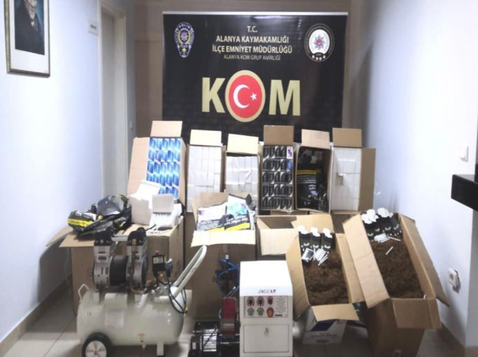 Alanya'da polis kaçak tütün ve makaron operasyonu gerçekleştirdi