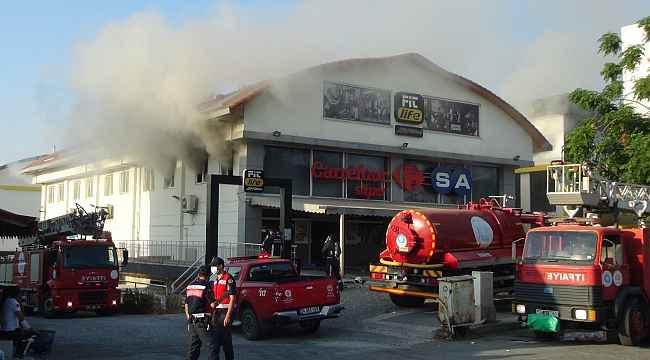 Antalya Manavgat'ta Zincir Market Şubesinde Yangın