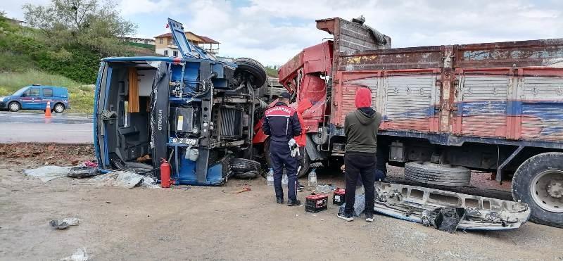 Cezaevi aracı kamyonla çarpıştı