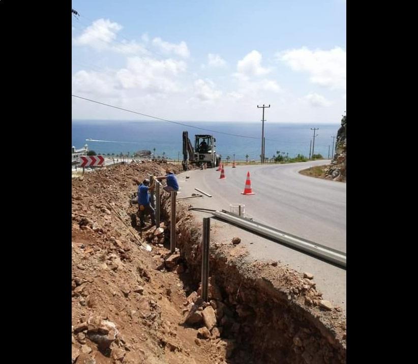 Alanya'da Elikesik Mahallesi'nde araçların uçtuğu viraja bariyer çalışması başladı