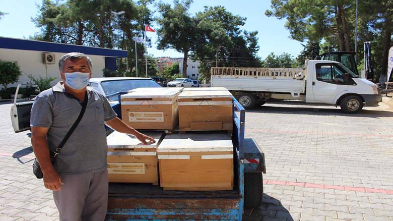 Antalya Büyükşehir Belediyesi yangında zarargören bal üreticilerinin yanında; Manavgat'ta arı kovanı dağıtıldı