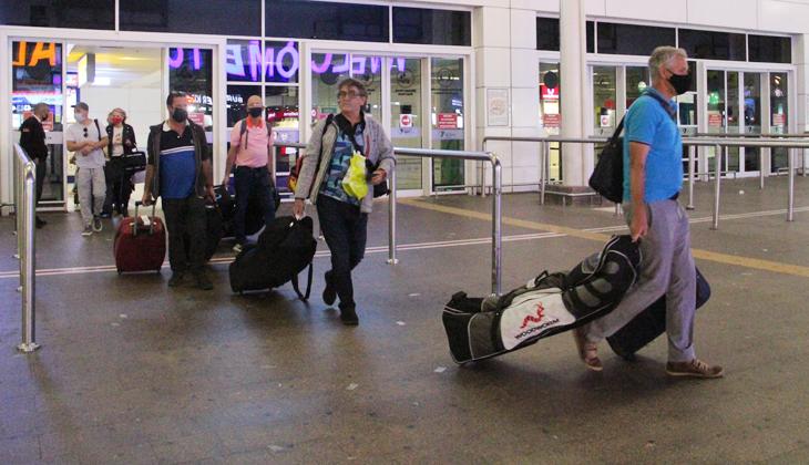 """İngiltere'nin 4 aydır uyguladığı uçuş kısıtlamasını kaldırmasının ardından 90 kişilik ilk turist kafilesi, """"turizmin başkenti"""" Antalya'ya geldi"""