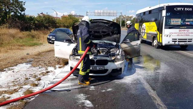 Manavgat'ta seyir halindeki otomobil yandı