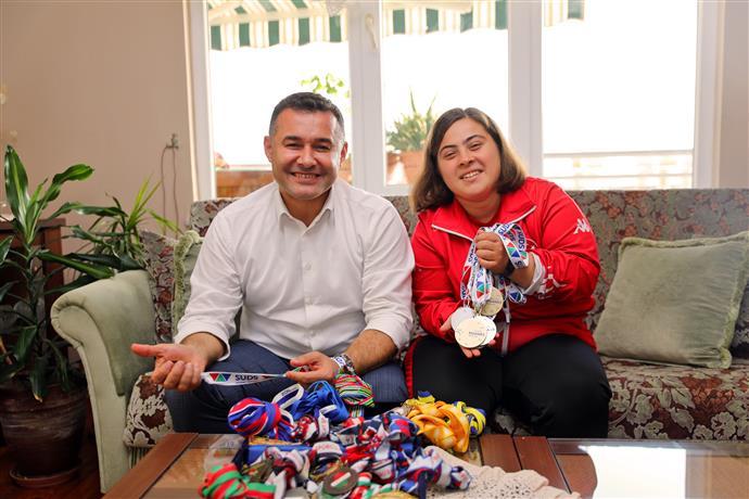 Alanya Belediye Başkanı Adem Murat Yücel, Şampiyon Dilara'yı Evinde Ziyaret Etti
