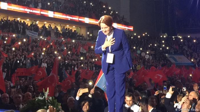 İYİ Parti'nin 4. kuruluş yıl dönümünde tüm salon Akşener'i ayakta alkışladı