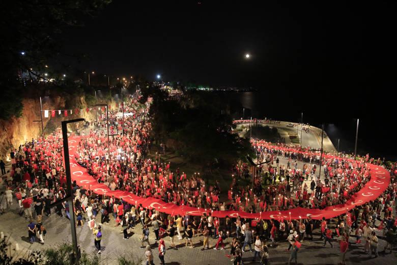 Antalya Büyükşehir'den Cumhuriyet'in 98. yılına coşkulu kutlama; Solo Türk gösterisi, fener alayı ve üç ilçede Kıraç konseri